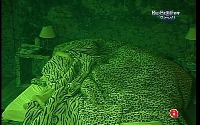 Monique e Renata dividem a mesma cama no Quarto Selva