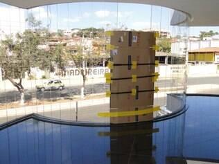 Várias vidraças foram estilhaçadas por três pedras que foram lançadas