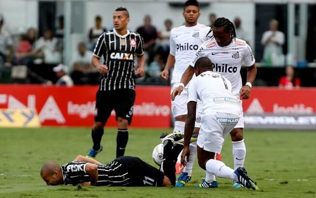 Emerson sofre com a marcação da defesa do  Santos durante a final do Paulistão