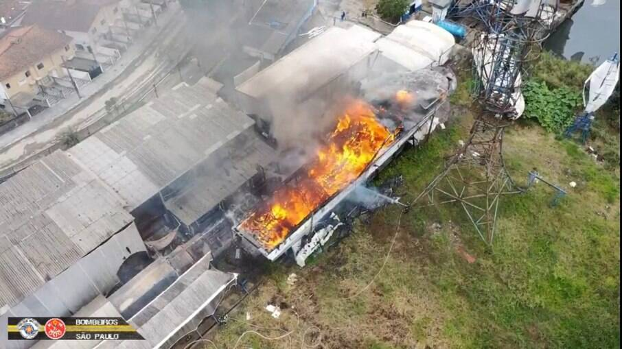 Lancha pega fogo na região do Guarujá