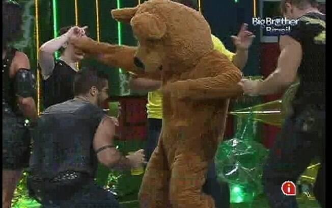 Urso aparece para dançar com os brothers na festa