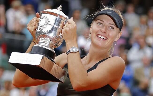 A musa russa ergue o troféu de campeã de  Roland Garros