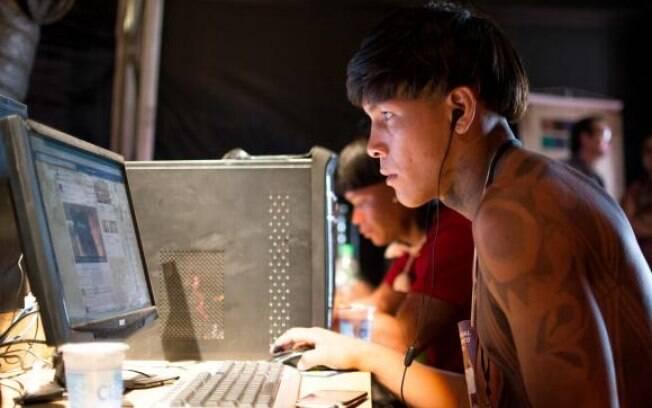 Indígenas brasileiros fazem cursos de informática na Oca Digital durante os Jogos Mundiais dos Povos Indígenas, em Palmas