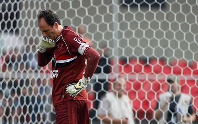 Rogério Ceni lamenta após sofrer o gol de  Alexandre Pato