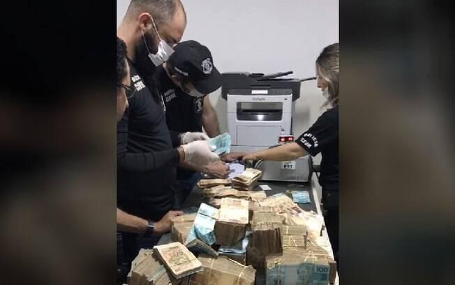 Força-tarefa da Polícia Civil foi mobilizada para contar dinheiro apreendido na casa de João de Deus