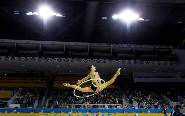 A mexicana Karla Diaz, em belo salto, com o arco. Foto: AP