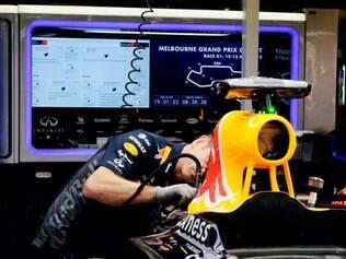 O RB11 está sendo analisado pelos engenheiros da Red Bull antes do início dos testes qualificatórios deste sábado