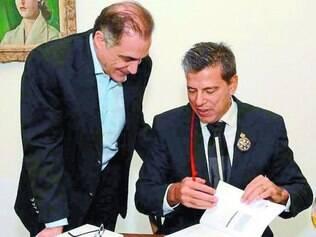Em noite prestigiada, o advogado Rodrigo da Cunha, presidente do IBDFAM, assinando o exemplar de Euler Fuad, presidente da Rede Super Nosso de supermercados