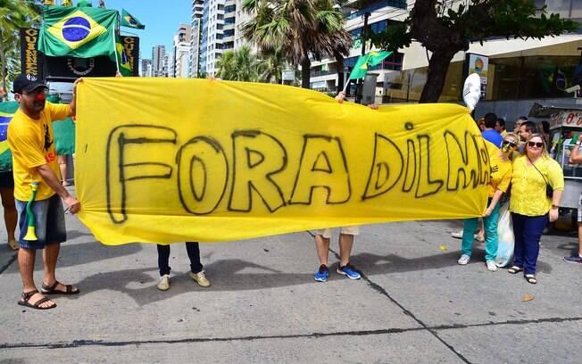 Em Recife (PE), ato tem cartazes e faixas de