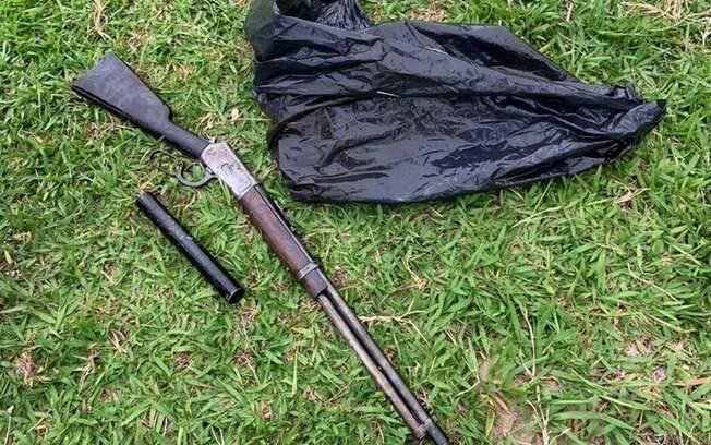 Arma do crime, uma carabina, foi encontrada com suspeito