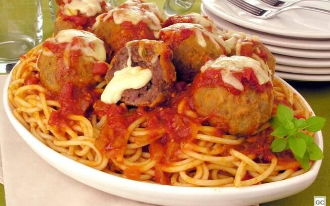 Receita especial de espaguete com almôndegas à parmegiana