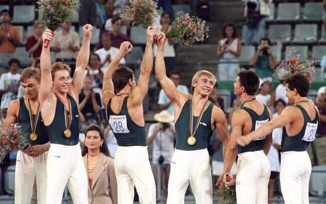 Os ginastas da Comunidade dos Estados Independentes celebram ouro por equipes. Resquícios da URSS