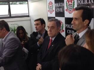 Anderson Pires (a direita) e Carrasco (ao centro): mulher demonstrou frieza, disse o delegado