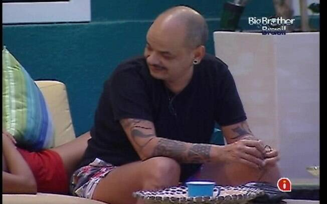 João Carvalho conversa com Fabiana e Kelly no sofá da área externa
