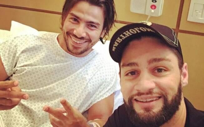 Munhoz e Mariano posaram juntos quando Mariano teve alta da UTI