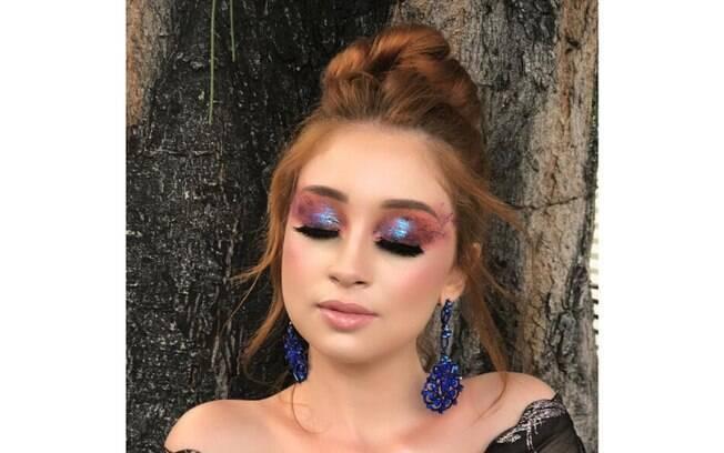 A maquiagem do make designer Diego Garcia é furta cor e usa sombras cremosas, glitter flocado e cílios