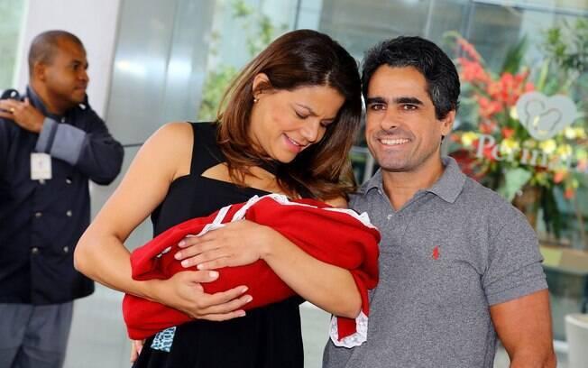 A atriz posou com Bruna na saída da maternidade