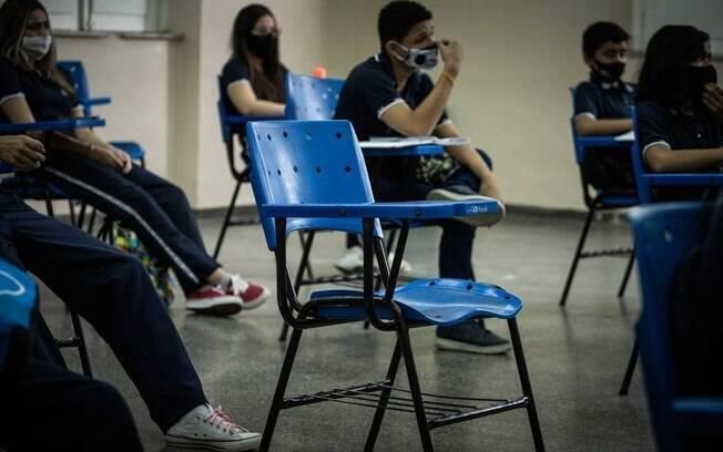 Em meio à pandemia de Covid-19 alunos assistem aula