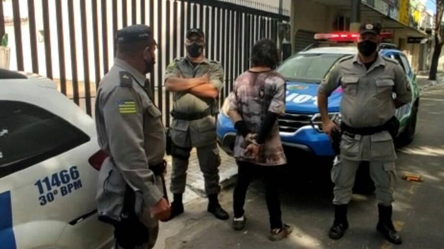 O homem foi preso em flagrante no local pelos crimes de tentativa de feminicídio e injúria