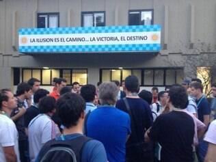 Jornalistas hermanos estudavam, antes da entrevista coletiva, uma forma de se solidarizarem com o companheiro de profissão