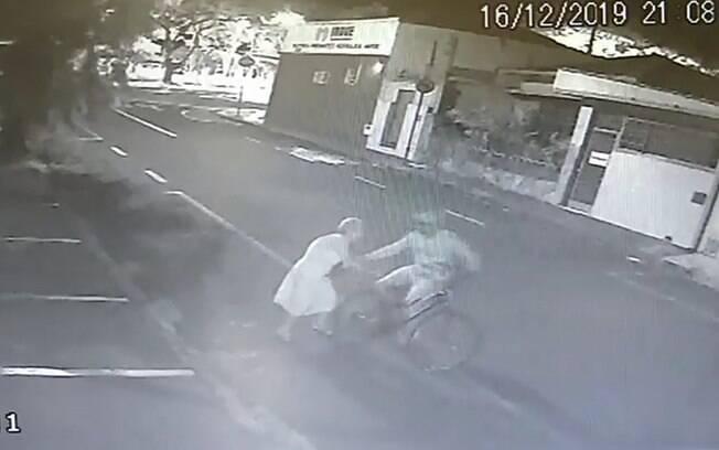 Mesmo ferida, idosa perseguiu ladrão.