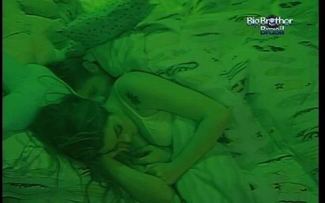 Jonas dorme com a mão no seio de Monique