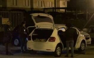 Sequestradores trocam tiros com a polícia e jogam vítima de carro em movimento