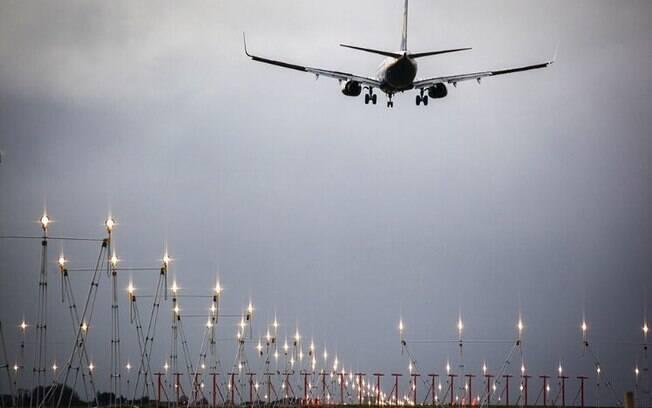 Homem, que estava atrasado, invadiu pista de pouso e decolagem para tentar embarcar no voo rumo a Amsterdã