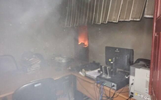 Computadores em chamas em sala do fórum após invasão dos agressores, na segunda-feira