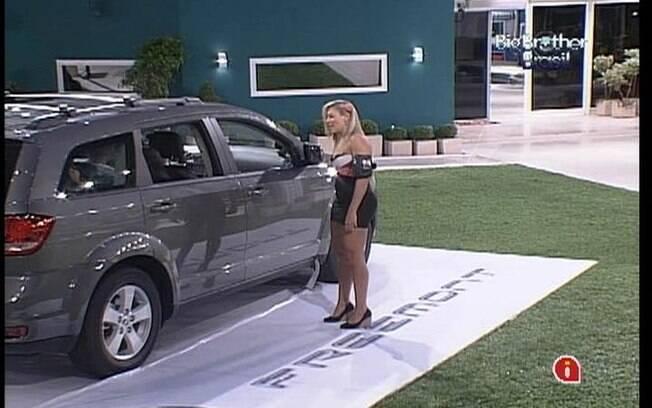 Fabiana chega perto do carro e encoraja os brothers