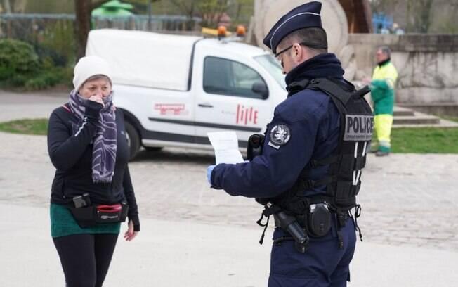 Policial multa mulher em Lille, na França, por desrespeito ao isolamento
