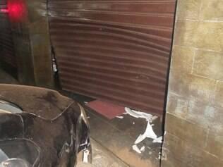 Carro danificou porta de aço de imóvel