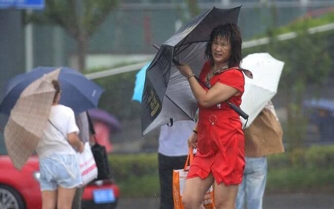 Boa parte do país, especialmente a metade sul, sofre com fortes chuvas e tufões durante o verão
