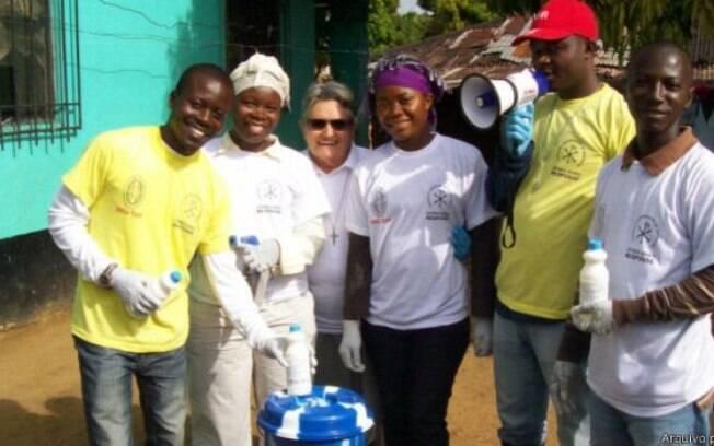 Com baldes, megafones e muita disposição, irmã Maria orientava os liberianos sobre o ebola