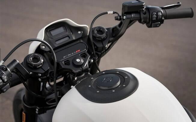 Painel minimalista na Harley-Davidson FXDR inclui um pequeno mostrador digital entre os principais componentes