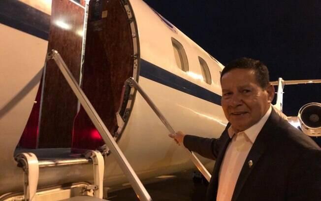 O vice-presidente Hamilton Mourão embarcou na noite desta segunda-feira (9) para representar o Brasil na Argentina.