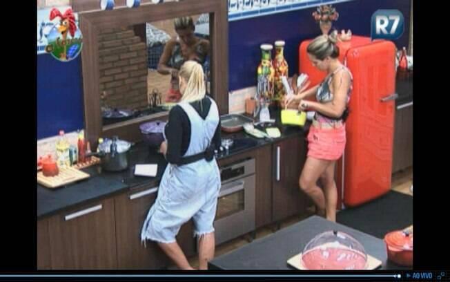 Monique e Joana cozinham juntas sem se falarem
