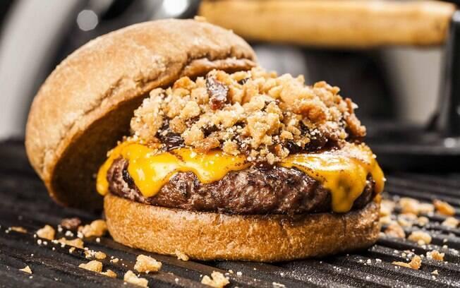 Ilustrando a imagem, o Jack´n Busger, um dos hambúrgueres vendidos na hamburgueria Busguer.
