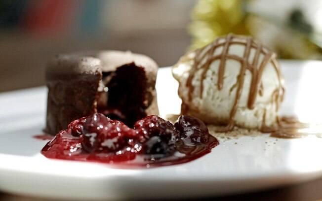 Petit Gateau com Compota de Frutas Vermelhas, sorvete artesanal de baunilha e creme caramel, da Bottega Pace, em Caxias do Sul. Foto: Divulgação