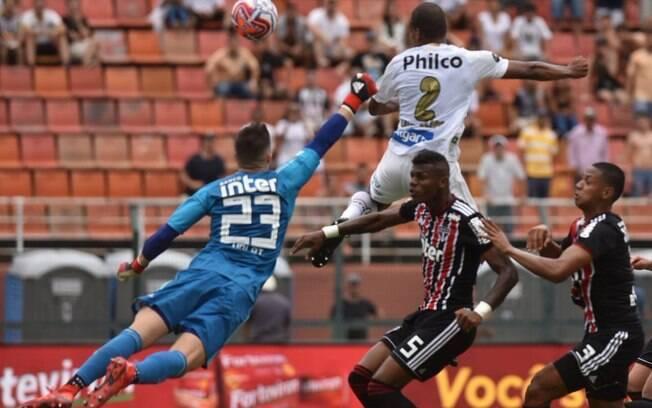 Zagueiro Luiz Felipe se antecipa à zaga do São Paulo para abrir o placar para o Santos
