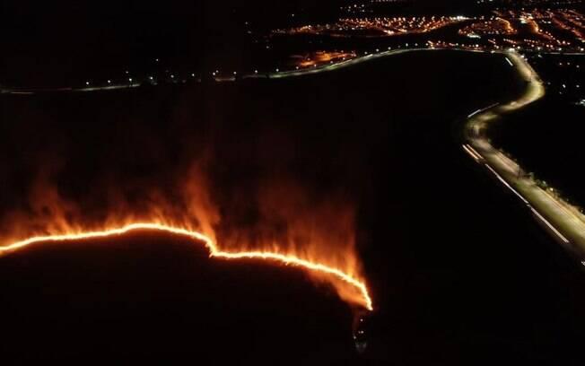 Fogo atinge área verde no Jardim dos Sabiás, em Indaiatuba