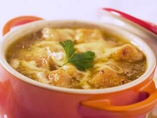 Esquente a noite com sopa gratinada