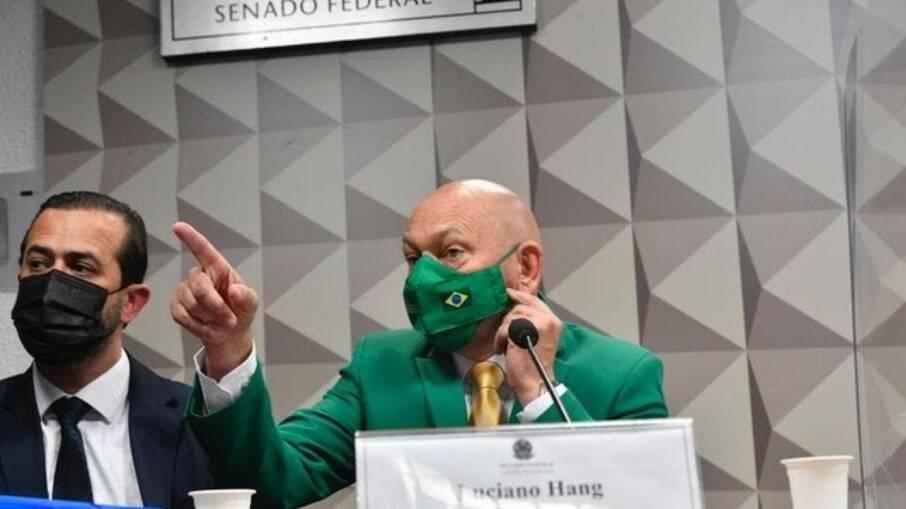 Advogado acompanha Luciano Hang em depoimento