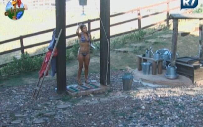 Raquel Pacheco toma banho na Casa da Roça
