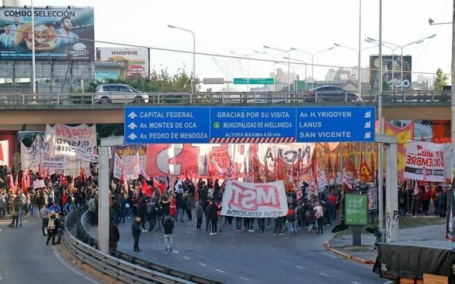 Manifestantes bloqueiam ruas de Buenos Aires em greve geral contra políticas de Maurício Macri