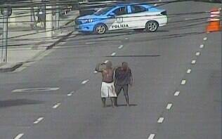 Homem armado é preso após fazer morador de rua refém no centro do Rio; assista