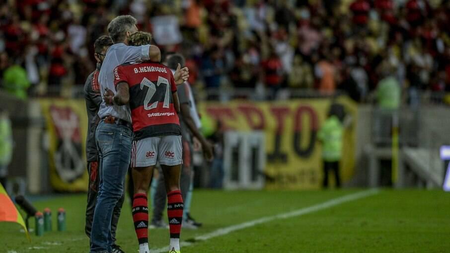 Renato Gaúcho abraça Bruno Henrique