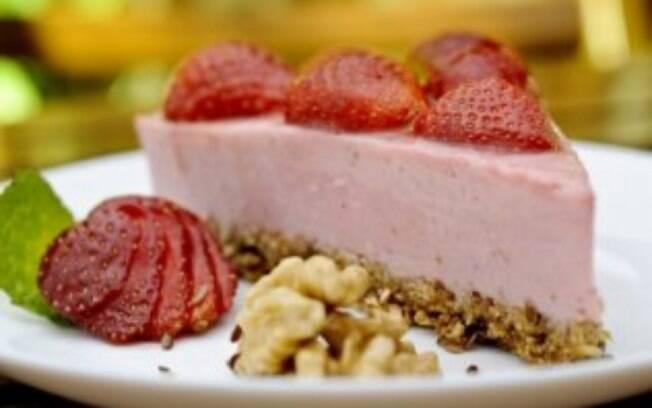 Foto da receita Cheesecake de morango com massa de granola pronta.