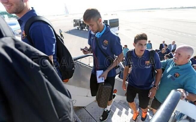 Neymar não desgruda do fone de ouvido e do  celular no embarque com o time do Barcelona para  amistoso na Polônia nesta terça (30/07)