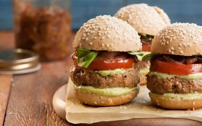 Hambúrgueres em um prato.